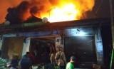 Lantai dua Pasar Lawang di Kabupaten Malang telah dilalap api, Rabu malam (17/4).