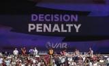 Layar video di stadion yang mengumumkan putusan penalti yang diverifikasi oleh tim VAR pada laga liga Inggris antara  West Ham United  melawan Manchester City  di London Stadium, London, Ahad (11/8) waktu setempat.