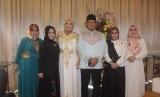 Lea Costra (3 dari kiri), Ustaz Zaky Mirza (4 dari kiri) dan Eddies Adelia (kanan) dan sejumlah pengurus Majelis Amaliah Indonesia