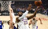 Bintang LA Lakers LeBron James. Setelah menjalani karantina selama dua pekan, seluruh pemain Los Angeles (LA) Lakers dinyatakan negatif covid-19, Selasa (31/3).