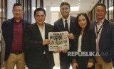 Legenda Inter Milan Javier Zanetti (tengah) memegang Harian Republika bersama Presiden Inter Milan Erick Thohir (kedua dari kiri) usai press conference mengenai Inter Academy Indonesia, Rabu (14/2)..