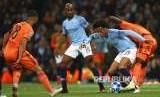Leroy Sane berduek dengan Marcelo (kanan) pada pertandingan Grup F Liga Champions antara Manchester City melawan Lyon di Stadion Ettihad, Manchester, Inggris, Kamis (20/19) waktu setempat.