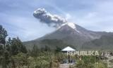 Gunung Merapi terlihat dari bungker Kaliadem, Cangkringan, Sleman, DI Yogyakarta. Selain gempa guguran, Gunung Merapi juga alami gempa tektonik pada Kamis (5/12)..