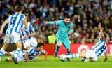 Lionel Messi dikepung para pemain Real Sociedad.