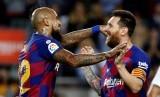 Lionel Messi (kanan) dan Arturo Vidal.