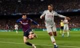 Lionel Messi (kiri) dan Virgil van Dijk,  Van Dijk menganggap Messi sebagai striker terhebat yang dihadapinya.