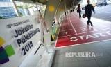 Logo dan ornamen Asian Games di pedestrian yang dibuat menyerupai lintasan atletik di kawasan bisnis SCBD, Jakarta, Senin (30/4). Pembuatan pedestrian ini menyambut pelaksanaan Asian Games yang akan diresmikan pada Agustus 2018.