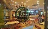 Logo halal Majelis Ulama Indonesia (MUI) terpampang dipintu masuk salah satu restoran cepat saji di Jakarta, Senin (13/4). (Republika/Edwin Dwi Putranto)