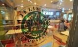 Logo halal Majelis Ulama Indonesia (MUI) terpampang dipintu masuk salah satu restoran cepat saji.