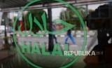 Logo halal terpampang dipintu masuk salah satu restoran cepat saji di Jakarta, Ahad (16/10).