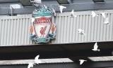 Logo Liverpool di Stadion Anfield.
