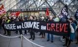 Lusinan pemrotes memblokir pintu masuk ke Museum Louvre dan memaksa tempat tersebut tutup pada Jumat (17/1).