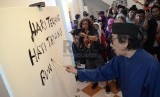 Maestro lukis Jeihan Sukmantoro melukiskan puisinya pada pembukaan pameran lukisan dan puisi