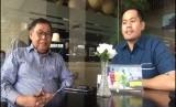 Maestro Lukisan Betawi Sanardi Adam (kiri) diundang Aston Priority Simatupang Hotel untuk menyambut Earth Hour
