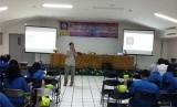 Mahasiswa UBSI Program Studi Bahasa Inggris mengikuti seminar Extensive Reading.