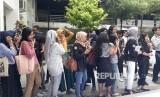 Mahasiswa Universitas Gadjah Mada (UGM) membunyikan kentongan  dan pluit tanda bahaya di Taman Sansiro Fisipol UGM, Kamis (8/11). Tanda  bahaya diberikan atas darurat kekerasan seksual buntut belum selesainya  kasus pelecehan yang menimpa rekan mereka.