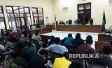 Majelis Hakim membacakan putusan gugatan nelayan, Walhi, dan KNTI terhadap Pemprov DKI Jakarta terkait proyek reklamasi Pulau F, I, K di Ruang Kartika, Pengadilan Tata Usaha Negara (PTUN) Jakarta Timur, Kamis (16/3).