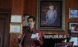 Makmur Makka memberikan sambutan dalam acara peluncuran buku Mr Crack dari Pare-Pare di perpustakaan Habibie dan Ainun, Jakarta, Selasa (13/2).