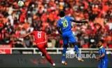 Maman Abdurahman (kiri) dan Ezechiel Ndouasel (kanan) berduel di udara pada  pertandingan Liga-1 Persija Jakarta melawan Persib Bandung di Stadion Utama Gelora Bung Karno (GBK) Senayan, Jakarta, Rabu (10/7/2019).