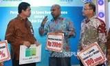 Managing Director Consumer Banking Bank BTN Budi Satria (kiri), Presiden Direktur Sinarmas MSIG Life  Premraj Thuraisingam (tengah), dan Direktur Sinarmas MSIG Life Hamid Hamzah (kiri) berbincang-bincang usai meresmikan kerja sama perdana bancassurance syariah antara Sinarmas MSIG Life dan Unit Usaha Syariah Bank BTN (UUS Bank BTN) melalui Tabuh Rebana di Jakarta, Rabu (14/1).