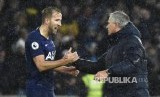 Manajer Hotspurs Jose Mourinho menyalami Harry Kane (kiri).
