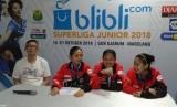 Manajer Tim PB Djarum Fung Permadi (paling kiri) yang didampingi pasangan ganda putri Khusnul Khatimah/Sintia Dewi Yuliani dan pemain tunggal putri Aisha Galuh Maheswari