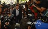 Mantan Direktur Pelindo RJ Lino (kiri) tiba untuk menjalani pemeriksaan perdana di gedung Komisi Pemberantasan Korupsi (KPK), Jakarta, Jumat (5/2). (Republika/Raisan Al Farisi)