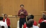 Mantan Gubernur DKI Jakarta Basuki Tjahaja Purnama atau Ahok (tengah) didampingi Ketua DPD PDI Perjuangan NTT Emelia Nomleni (kanan), politikus PDIP Yohanis Fransiskus Lema (kiri) berdialog dengan sejumlah tokoh agama serta akademisi dari NTT di Kota Kupang, NTT (13/8/2019).