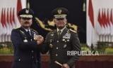 Mantan Panglima TNI Jenderal TNI Gatot Nurmantyo (kanan) bersama pejabat baru Panglima TNI Marsekal TNI Hadi Tjahjanto (kiri) melakukan salam komando usai upacara pelantikan di Istana Negara, Jakarta, Jumat (8/12).