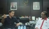 Mantan pemain timnas Inggris Michael Owen (kiri) saat berbincang dengan Sesmenpora Gatot Dewa Broto (kanan) di Kemenpora, Senin (5/2).