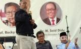 Mantan Pimpinan KPK 2011-2015, Bambang Widjojanto (kiri) memberikan sambutan saat Dialog Nasional Memperingati Hari Antikorupsi Sedunia di Padepokan Pak Dirman, Desa Slastri, Brebes, Jawa Tengah, Ahad (23/12/2018).