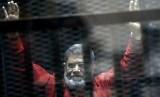 Mantan presiden Mesir Muhammad Mursi saat berada di pengadilan di Kairo, Mesir, 21 Juni 2015.