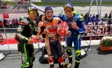 Marc Marquez (tengah), Alex Rins (kanan), dan Johann Zarco berpose di podium GP Malaysia, Ahad (4/11).