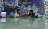 Marketing menjelaskan kepada calon pembeli mengenai hunian apartemen Grand Kamala Lagoon (GKL) di Bekasi, Senin (29/9).