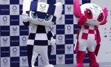 Maskot Olimpiade dan Paralimpiade Tokyo 2020 diperlihatkan ke publik, Ahad (22/7), di Tokyo, Jepang.