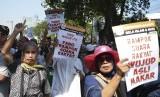 Massa aksi melakukan unjuk rasa di kawasan Jalan Medan Merdeka Barat, Jakarta, Kamis (27/6/2019). Unjuk rasa tersebut digelar untuk mengawal sidang putusan sengketa hasil Pilpres tahun 2019 di Mahkamah Konstitusi.