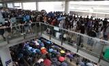 Massa berkumpul di luar Bandara Hong Kong, Ahad (1/9). Operator kereta ekspres di Bandara Hong Kong menunda operasionalnya akibat aksi massa.