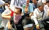 Massa menggelar demonstrasi di depan Kedubes AS di Jakarta, Jumat (8/12), menolak keputusan Donald Trump yang mengakui Yerusalem milik Israel.