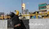 Massa pendukung UU Kewarganegaraan baru India melemparkan bom molotov ke arah bangunan masjid di New Delhi, India, Senin (24/2).