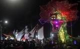 Masyarakat Bengkulu memadati arena Telong-Telong pada acara Festival Tabot 2015 di Bengkulu, Rabu (21/10). Arak Telong-Telong menjadi bagian dari rangkaian acara Festival Tabot Bengkulu 2015 yang berlangsung 1-10 Muharam 1437 H