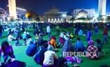 Masyarakat berkumpul di Alun-alun Kota Bandung, pada malam takbiran, Jumat (24/6).