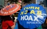 Masyarakat dan pengiat media sosial saat mengelar kegiatan sosialisasi sekaligus deklarasi masyarakat anti hoax di Jakarta,Ahad (8/1).