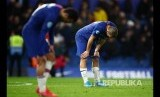 Mateo Kovacic dan Pedro tampak kecewa usai laga antara Chelsea melawan Manchester United di Stamford Bridge, London, Selasa (18/2) dini hari.