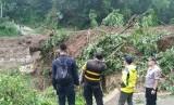 Material longsoran menutup jembatan penghubung antardesa di Kecamatan Cisayong, Kabupaten Tasikmalaya, Jumat (28/2) sore. Meterial yang menutup jembatan itu semakin tinggi akibat longsor susulan.