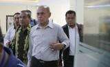 Mayor Jenderal TNI Purn Kivlan Zen (kedua kanan) didampingi kuasa hukum saat tiba memenuhi panggilan Bareskrim Mabes Polri, di Jakarta, Rabu (29/5).