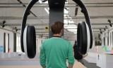 Mendengarkan musik.