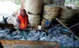 Mengelola sampah plastik (ilustrasi)