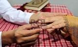 Mengenakan Cincin Perkawinan.   (ilustrasi)