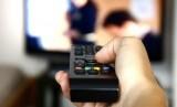 Menonton Televisi (ilustrasi)
