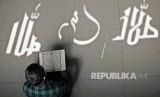 Allah SWT Mahaadil dan tak akan menzalimi hamba-Nya. Ilustrasi kaligrafi lafal jalalah di dinding yang tersorot matahari dan terpancar di lantai sebuah masjid.